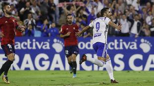 Borja Iglesias celebra su último gol de penalti ante Osasuna.