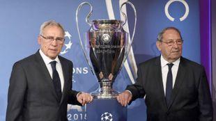 Amancio (izquierda), junto a la Champions y a Paco Gento (derecha)