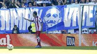 Pancarta de los Riazor Blues en un partido ante el Atlético.