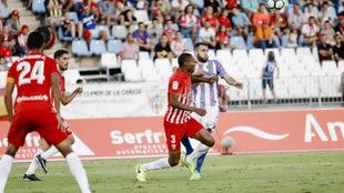Owona y Antoñito pelean por el balón