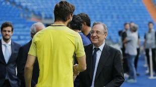Florentino y Fernando Llorente se saludan en el Bernabéu.