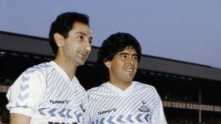 Maradona posa junto a Ardiles antes del partido