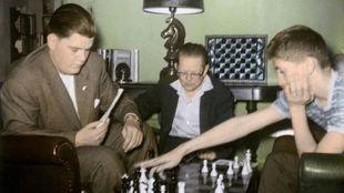Lombardy (izquierda), juega contra Bobby Fishcer con Jack Collins,...