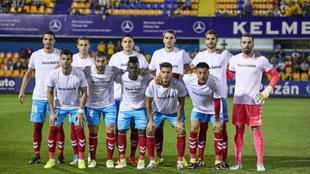 El Lugo posa con la camiseta de apoyoa Galicia antes del partido
