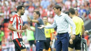 Balenziaga y Ziganda charlan en la banda durante un partido.