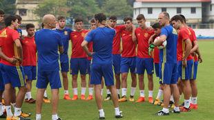 Santi Denia se dirige a sus jugadores en un entrenamiento.