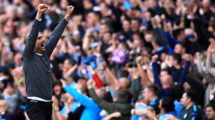Guardiola celebra uno de los goles del City al Stoke.
