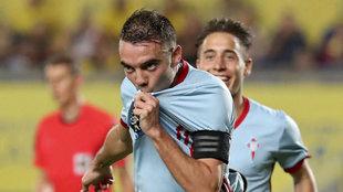 Aspas celebra uno de sus goles besando el escudo del Celta.