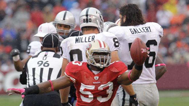 NaVorro Bowman, en un partido ante los Raiders; ahora los defenderá