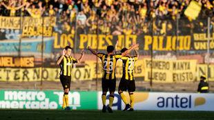 Jugadores de Peñarol celebrando una victoria
