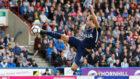 Kane, de tijera, marca un gol que resultó anulado ante el...