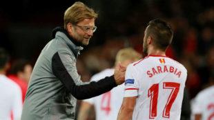 Klopp saluda a Sarabia tras el Liverpool-Sevilla.