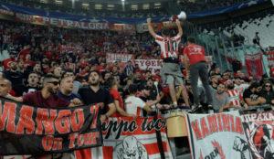 La afición de Olympiacos en el partido reciente contra la Juventus.