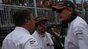 Fernando Alonso junto a Zak Brown y Mansour Ojeh en Canadá