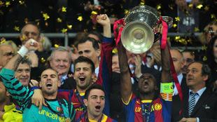 Abidal levanta la cuarta Copa de Europa de la historia del Barcelona.