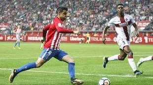 Carlos Castro dispara ante Jair en el partido del pasado viernes