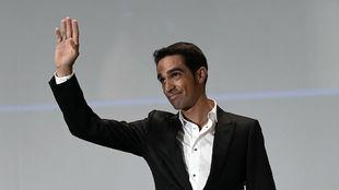 Alberto Contador saluda al público en el Palacio de Congresos de...