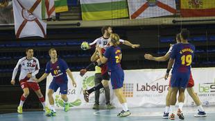 Juan Castro es defendido por Dolenec en el Logroño-Barcelona