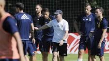 Anquela, rodeado por sus jugadores durante un entrenamiento en El...