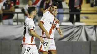 Santi Comesaña celebra con sus compañeros el gol al Almería la...
