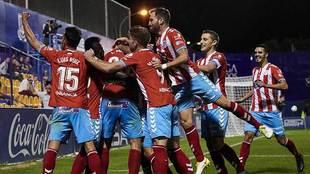 Los jugadores del Lugo celebran el gol de Ignasi Miquel en Santo...