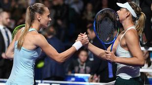 Rybarikova y Sharapova estrechando la mano tras el partido.