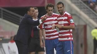 Oltra charla con Baena y Víctor Díaz durante el partido ante el...