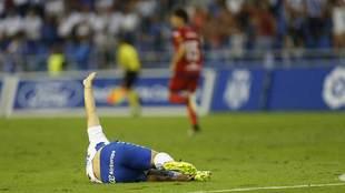 Paco Montañéz, caído en el suelo tras recibir la dura entrada de...