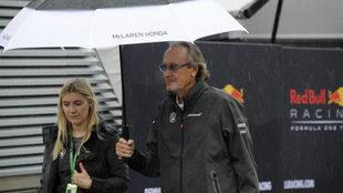 Mansour Ojjeh, con un paraguas.