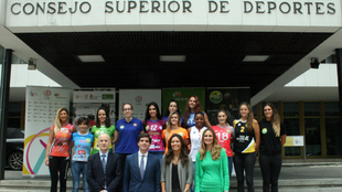 Jugadoras y representantes del CSD e Iberdrola posan ante la sede del...