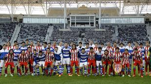 Los jugadores de Atlético posan con los del FK Baku.