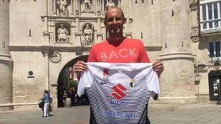 Saizar posa con la camiseta del Burgos CF