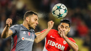Falcao y Tosic disputan un balón