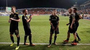 Los jugadores del Borussia Dortmund agradecen a su afición el apoyo...