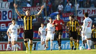 Jugadores de Nacional y Peñarol, en un partido en el estadio...