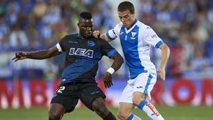 Javi Eraso (27) disputa el balón con Wakaso en un partido entre el...