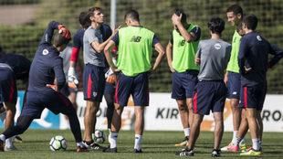 Zidanda da instrucciones a sus jugadores en un entrenamiento.