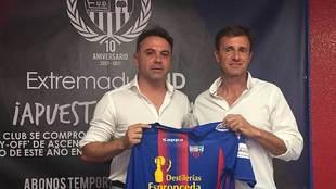 Agustín Izquierdo, junto al presidente Manolo Franganillo el día de...