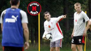 Ernesto Valverde da instrucciones durante un entrenamiento en su etapa...