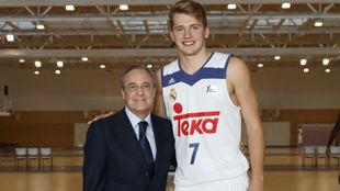 Florentino Pérez y Luka Doncic durante la sesión de fotos de la...