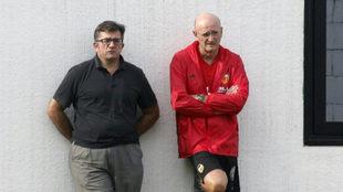 El doctor Lago y el doctor Silvestre observan la sesión de trabajo...