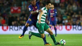 Paulo Oliveira protegiendo un balón frente a Paulinho (Barça)