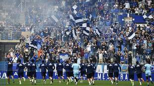 La afición del Oviedo siguiendo el entrenamiento previo al derbi...