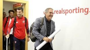 Paco Herrera, entrando en las instalaciones del club asturiano