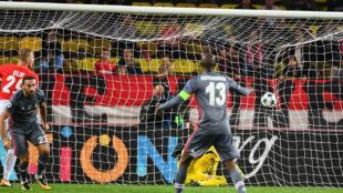 Hutchinson celebrando en primer plano el segundo gol de Tosun