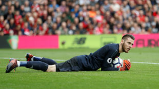 David de Gea atrapa un bal�n en el partido contra el Liverpool.