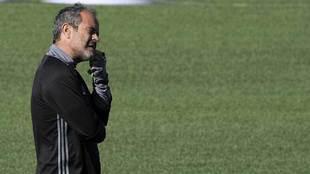 El técnico Álvaro Cervera, pensativo durante un entrenamiento...