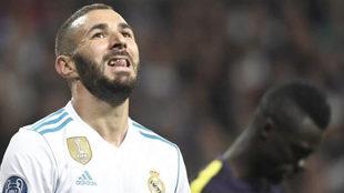 Benzema se lamenta ante el Tottenham.