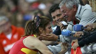 Ruth Beitia se abraza con Ramón Torralbo en Río 2016 tras el oro.
