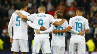 Varane, Benzema, Modric y Achraf se abrazan antes del comienzo del...